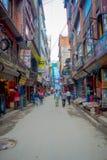 THAMEL KATHMANDU NEPAL, PAŹDZIERNIK 02, -, 2017: Ulicy Thamel, z niektóre ludźmi chodzi i kupuje Thamel jest a Obraz Royalty Free