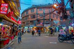 THAMEL KATHMANDU NEPAL, PAŹDZIERNIK 02, -, 2017: Niezidentyfikowani ludzie chodzi i kupuje w ulicach Thamel Thamel jest a Fotografia Stock