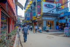 THAMEL KATHMANDU NEPAL, PAŹDZIERNIK 02, -, 2017: Niezidentyfikowani ludzie chodzi i kupuje w ulicach Thamel Thamel jest a Zdjęcie Stock