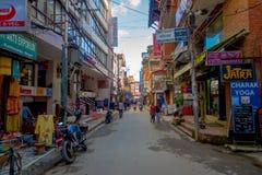 THAMEL KATHMANDU NEPAL, PAŹDZIERNIK 02, -, 2017: Niezidentyfikowani ludzie chodzi i kupuje w ulicach Thamel Thamel jest a Zdjęcia Royalty Free