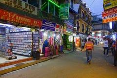 THAMEL KATHMANDU NEPAL, PAŹDZIERNIK 02, -, 2017: Niezidentyfikowani ludzie chodzi i kupuje w ulicach Thamel Thamel jest a Zdjęcie Royalty Free