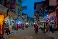 THAMEL KATHMANDU NEPAL, PAŹDZIERNIK 02, -, 2017: Niezidentyfikowani ludzie chodzi i kupuje w ulicach Thamel Thamel jest a Zdjęcia Stock