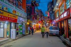 THAMEL KATHMANDU NEPAL, PAŹDZIERNIK 02, -, 2017: Noc widok niezidentyfikowani ludzie chodzi i kupuje w ulicach Zdjęcia Stock