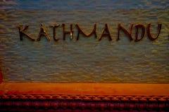 THAMEL, KATMANDU NEPAL - 02 OKTOBER, 2017: Informatief teken van bronsbrieven over een gestenigde structuur bij openlucht binnen Stock Foto