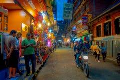 THAMEL KATMANDU NEPAL - OKTOBER 02, 2017: Nattsikt av oidentifierat folk som går och köper i gatorna av Arkivbild