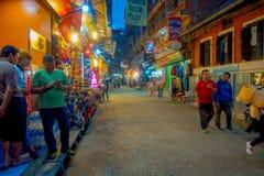 THAMEL KATMANDU NEPAL - OKTOBER 02, 2017: Nattsikt av oidentifierat folk som går och köper i gatorna av Royaltyfri Bild
