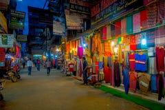 THAMEL KATMANDU NEPAL - OKTOBER 02, 2017: Nattsikt av oidentifierat folk som går och köper i gatorna av Arkivbilder