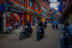 THAMEL KATMANDU NEPAL - OKTOBER 02, 2017: Oidentifierat folk i deras mopeder i gatorna av Thamel Thamel är Arkivbilder