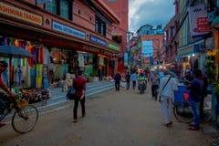 THAMEL KATMANDU NEPAL - OKTOBER 02, 2017: Oidentifierat folk som går och köper i gatorna av Thamel Thamel är a Arkivbild