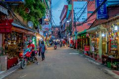 THAMEL KATMANDU NEPAL - OKTOBER 02, 2017: Oidentifierat folk som går och köper i gatorna av Thamel Thamel är a Royaltyfri Foto