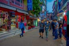 THAMEL KATMANDU NEPAL - OKTOBER 02, 2017: Oidentifierat folk som går och köper i gatorna av Thamel Thamel är a Royaltyfria Bilder