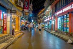 THAMEL KATMANDU NEPAL - OKTOBER 02, 2017: Oidentifierat folk som går och köper i gatorna på det fria på natten Arkivbilder