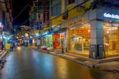 THAMEL KATMANDU NEPAL - OKTOBER 02, 2017: Oidentifierat folk som går och köper i gatorna på det fria på natten Arkivfoton