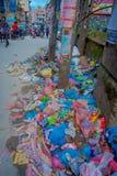 THAMEL KATMANDU NEPAL - OKTOBER 02, 2017: Stäng sig upp av avskräde i gatorna av Thamel Thamel är en reklamfilm Arkivfoton