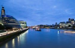 Thames flod på natten London Royaltyfria Foton