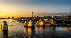 Thames pływowa bariera przy wschodem słońca zdjęcie royalty free