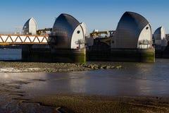 Thames powodzi Rzeczna bariera, Wschodni Londyn, Anglia, UK - 25 2018 Luty: Widok barier struktury z Mudflats w przedpolu zdjęcie royalty free