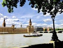 Thames River, ben grande e barco foto de stock royalty free