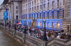Thames River invallning och massor av människor Royaltyfri Foto