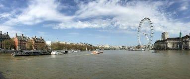 Thames River med det London ögat i solig dag, London, UK Royaltyfri Bild