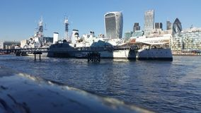 Thames River och kryssningskepp Royaltyfria Foton