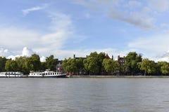Thames River och några hus Arkivfoton