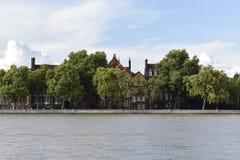 Thames River och några hus Royaltyfri Foto