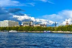 Thames River och några hus Arkivbilder