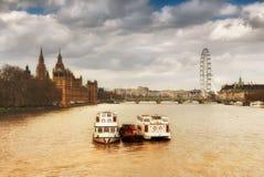 Thames River och riverboats med avlägsen behin för berömd London horisont Fotografering för Bildbyråer