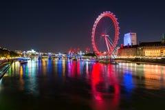 Thames River på natten arkivbild