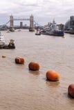 Thames River que flui para a ponte da torre fotos de stock