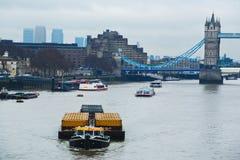 Thames River trans.pråm royaltyfria bilder