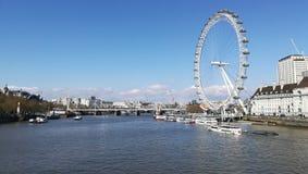 Thames rzeka i Londyński oko obraz stock