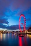 Thames rzeka I Londyński oko przy nocą Zdjęcie Royalty Free