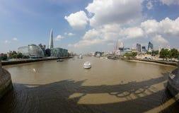 Thamesen och skärvan från tornbron Fotografering för Bildbyråer
