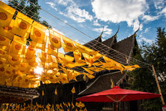 Thammachak gula flaggor i templet, Thailand Fotografering för Bildbyråer