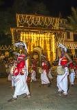 Thammattam en Davul-de Spelers (Davulkaruwo) presteren tijdens Esala Perahera in Kandy, Sri Lanka royalty-vrije stock afbeelding