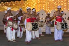 Thammattam en Davul-de Spelers presteren voor de Tempel van het Heilige Tandoverblijfsel in Kandy in Sri Lanka tijdens Esala Pera royalty-vrije stock afbeeldingen