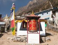 与祷告旗子和佛教标志的Thamo gompa 免版税库存图片