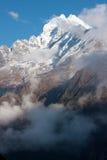 Thamserku maximum, sikt från Khumjung Arkivfoton