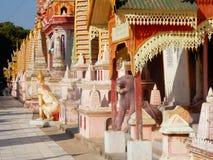 Thanboddhayklooster, exuberant gekleurd en verfraaid met kleine pagoden, Boeddhistische tempelbeelden, Myanmar Royalty-vrije Stock Afbeeldingen