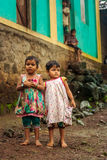 THANE, ÍNDIA: 6 DE AGOSTO DE 2016: Retrato de meninas da vila da Índia ereta fora de sua casa imagens de stock