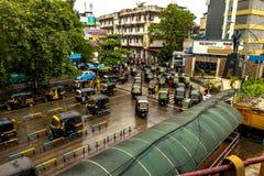 Thane de Mumbai, Índia - 25 de agosto de 2018 Riquexó do tuk de Tuk que espera no quadrado principal no Thane, Índia uma das cida fotografia de stock royalty free