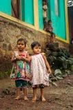 THANE, INDIA: 6 AGOSTO 2016: Ritratto delle ragazze del villaggio dall'India diritta fuori della loro casa immagini stock
