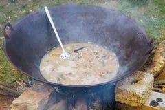 Thang Co es el cocinar al aire libre en la cacerola grande - comida étnica vietnamita hecha de los órganos internos del caballo Foto de archivo