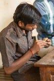 THANGAUR, INDIA-FEBRUARY 13 :雕刻家在车间13, 2013 i 免版税库存图片