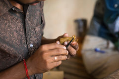 THANGAUR, INDIA-FEBRUARY 13 :雕刻家在车间13, 2013 i 库存照片