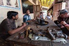 THANGAUR, INDIA-FEBRUARY 13 :雕刻家在车间13, 2013 i 库存图片