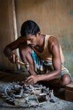 THANGAUR, INDIA-FEBRUARY 13 :雕刻家在车间13, 2013 i 免版税图库摄影