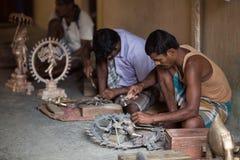 THANGAUR, INDIA-FEBRUARY 13 :雕刻家在车间13, 2013 i 图库摄影
